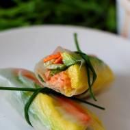 Spring rolls z łososiem, mango i awokado