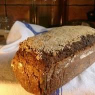 ciemny chleb razowy z lnianym siemieniem