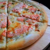 Domowa Pizza z Łososiem na Sosie Koperkowo - Śmietanowym