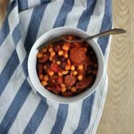 Kiełbasa chorizo z ciecierzycą i czerwoną fasolą w sosie pomidorowym