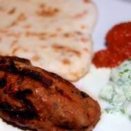 Cevapcici podane z ajvarem, tzatzikiem i chlebkiem lavash