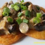 Placki ziemniaczane z kurczakiem w sosie z grzybów leśnych