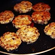 Kotlety z piersi kurczaka, pieczarek i sera (porcja - ok. 510 kcal)