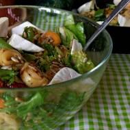 Sałatka z tortellini, suszonymi pomidorami i serem camembert