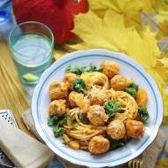 Spaghetti z klopsikami i jarmużem w sosie dyniowym