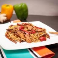 Kurczak z warzywami i makaronem po chińsku