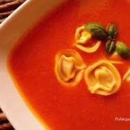 Zupa krem z dyni i pomidorów z pierożkami ravioli