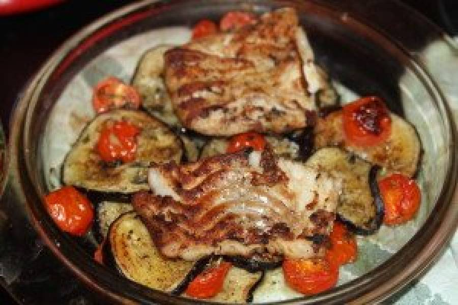 Dorsz z piekarnika na kołderce z bakłażanem i pomidorków