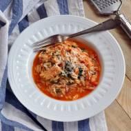Makaron orzo z indykiem i szpinakiem w sosie pomidorowym