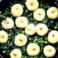 Kluski śląskie z zielonym groszkiem, szpinakiem i skórką cytryny