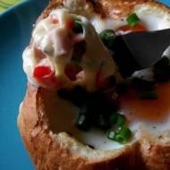 Jajko zapiekane w bułce z serem, papryką i szczypiorkiem.