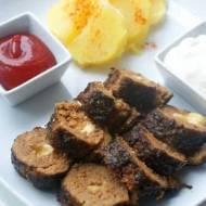 Rolowane mięso mielone w panierce z czosnku niedźwiedziego nadziewane serem