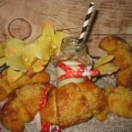 Rogale z wiśniami i migdałową kruszonką