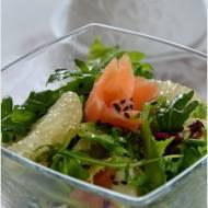 Sałatka z zielonym grejpfrutem, łososiem i czarnym sezamem