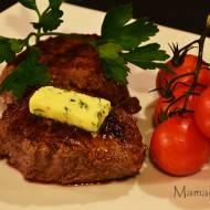 Soczysty stek z polędwicy wołowej z masłem ziołowym