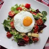Sałatka z kaszą jaglaną, papryką, awokado, pomidorkami i jajkiem sadzonym