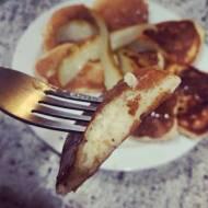 Puszyste placuszki z ricotty z grillowaną gruszką i miodem
