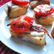 Grzanki z kozim serem, anchois i pomidorami