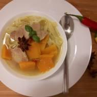 Rozgrzewająca zupa azjatycka z dynią i polędwiczką wieprzową