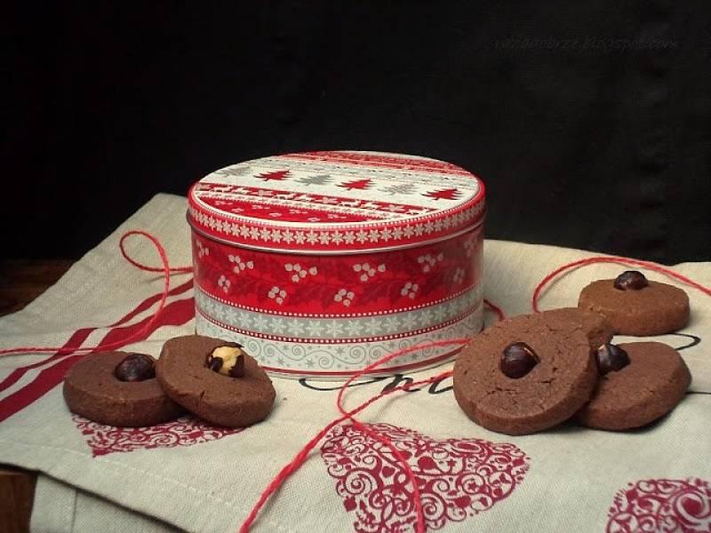 Kakaowe ciasteczko z orzeszkiem do świątecznej puszki