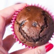 Czekoladowe muffiny z suszoną żurawiną.