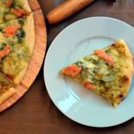 Pizza z pesto i łososiem