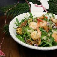 Zimowa sałatka z krewetkami, suszonymi figami, grillowaną cukinią i kaszą kuskus