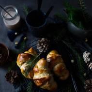 Świąteczne rogaliki drożdżowe pachnące kardamonem z marcepanem, suszonymi owocami i kandyzowanymi skórkami