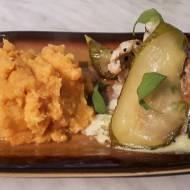 Pierś z kurczaka w kremowym sosie szałwiowym, podana z karmelizowaną gruszką