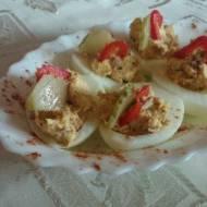jajka faszerowane tuńczykiem i ogórkiem kiszonym