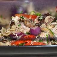 Sałatka z grillowanych warzyw, makreli i makaronu