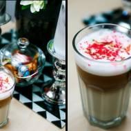 Domowa Caffè Latte z kardamonem, jabłkiem i kolorową posypką cukrową