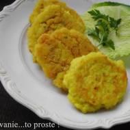 Żółte placuszki z kaszy jaglanej