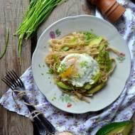 Makaron razowy z avocado, jajkiem, szczypiorkiem - smacznie, kolorowo, zdrowo.