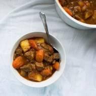 Jednogarnkowy gulasz wołowy z ziemniakami i  marchewką.