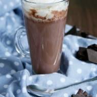Gorąca czekolada do picia z dodatkiem waniliowej bitej śmietany