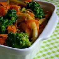 Sałatka na ciepło z brokuła, marchewki i fasolki szparagowej