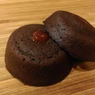 Pieczone pączki lub babeczki czekoladowe