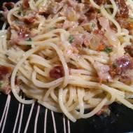 Spaghetti z szynką Prosciutto, suszonymi pomidorami i sosem carbonara