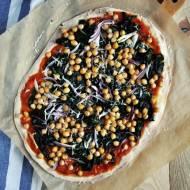 Pizza z ciecierzycą, szpinakiem i czerwoną cebulą