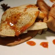 Razowe naleśniki z ricottą, gruszką i pomarańczowym sosem