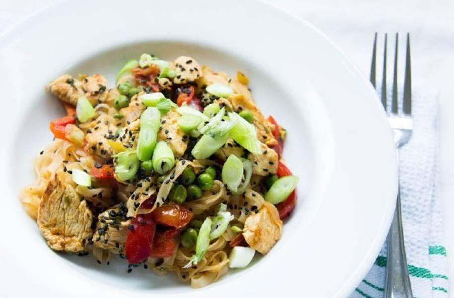 Ekspresowy  makaron ryżowy z kurczakiem i  warzywami.