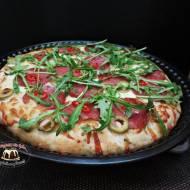 Pizza z salami i rukolą