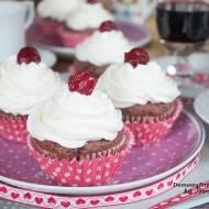 muffinki czekoladowe z bitą śmietaną i wisienką