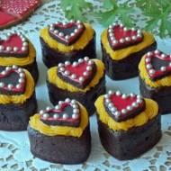 Czekoladowe muffinki z kremem pomarańczowym na Walentynki