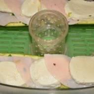 Cukinia faszerowana z szynką i mozzarellą gotowana na parze