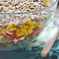 Warstwowa sałatka z brokułem, fetą i słonecznikiem