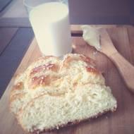 Wspomnienie z dzieciństwa – chałka z masłem i szklanką mleka
