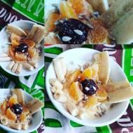 Jogurtowy półmisek z owocami i mielonym lnem