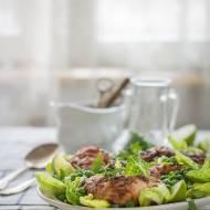 Orzechowy kurczak na zielonej sałacie z groszkiem